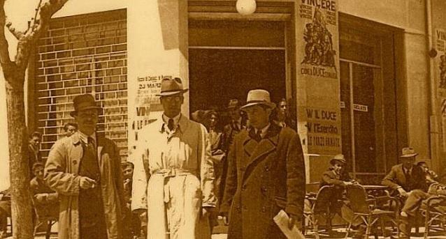 Noti personaggi fascisti davanti al caffè centrale di Avezzano (Via del Littorio)