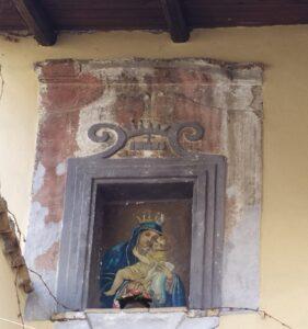 Lungo le antiche mura e i vicoli silenziosi del centro storico di Celano