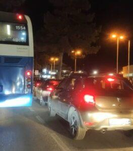 Lunghissima coda di auto per andare al McDonald, traffico in tilt nell'ultimo sabato sera in zona gialla