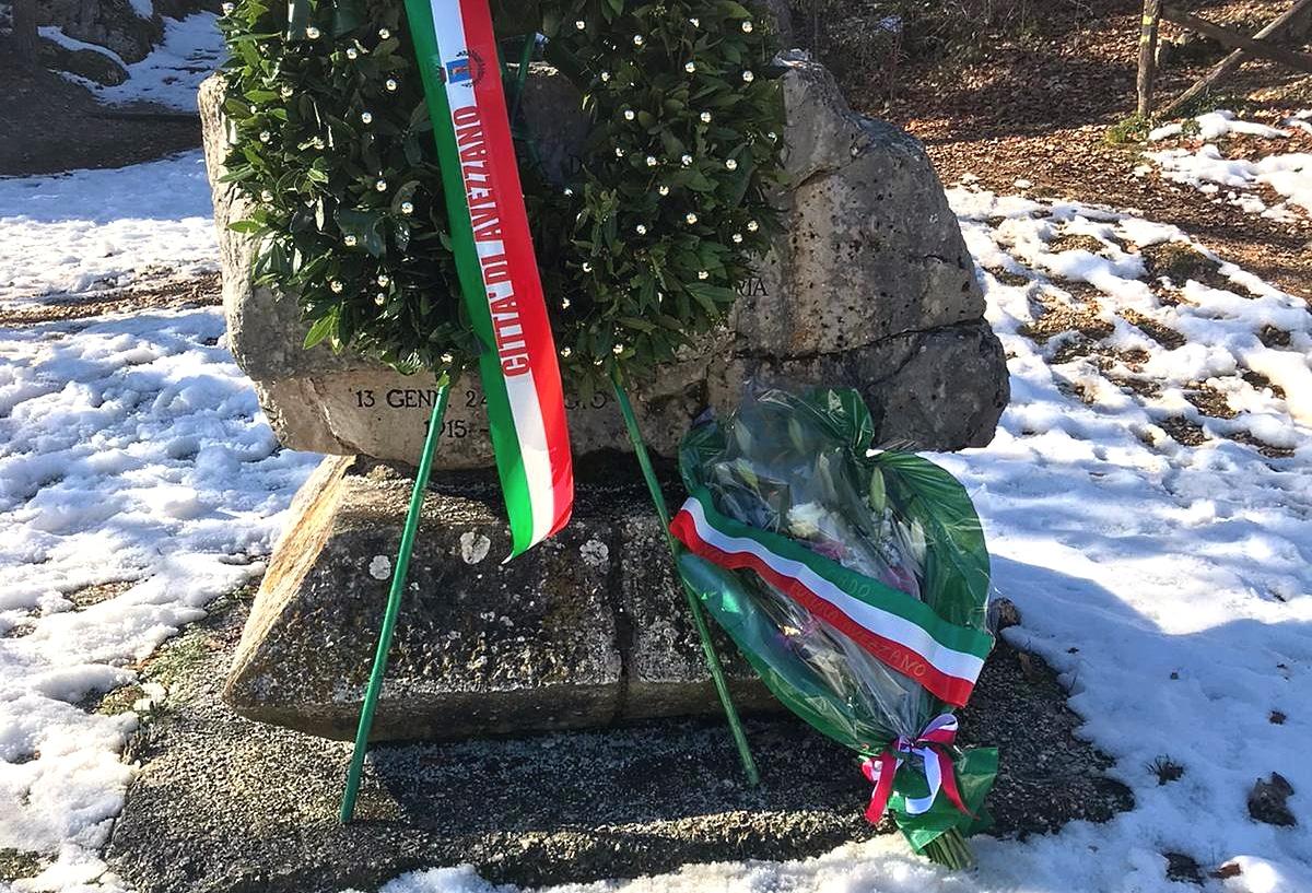 Nazione Futura Avezzano omaggia i caduti del terremoto di Avezzano depositando una composizione floreale ai piedi del Memoriale
