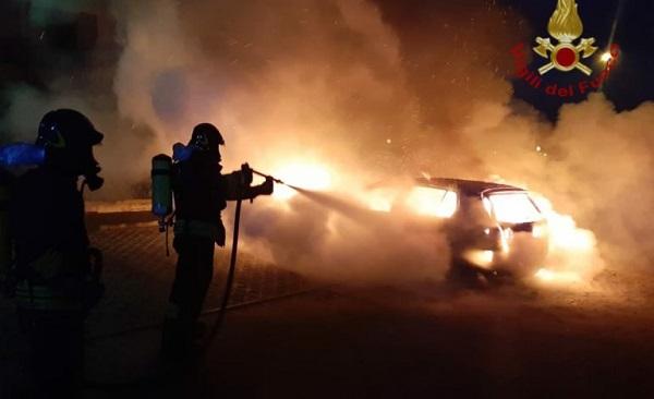 Attentano incendiario nella notte a Celano: esplodono le auto di due imprenditori