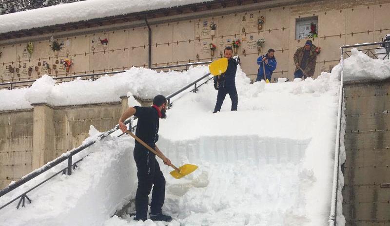 Ragazzi di Ovindoli liberano dalla neve il cimitero del paese, il Sindaco ringrazia