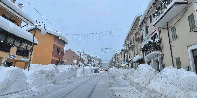 Neve a Ovindoli: ancora chiusi Anello della Magnola e strada da Celano, migliora viabilità interna