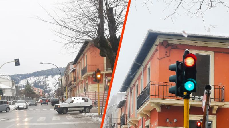 Semaforo di Piazza Castello con luce gialla lampeggiante, prudenza