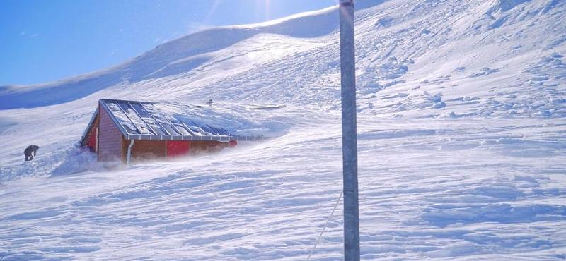 Sepolto dalla neve il rifugio Sebastiani al Velino. CAI Roma agli escursionisti: prestate massima attenzione