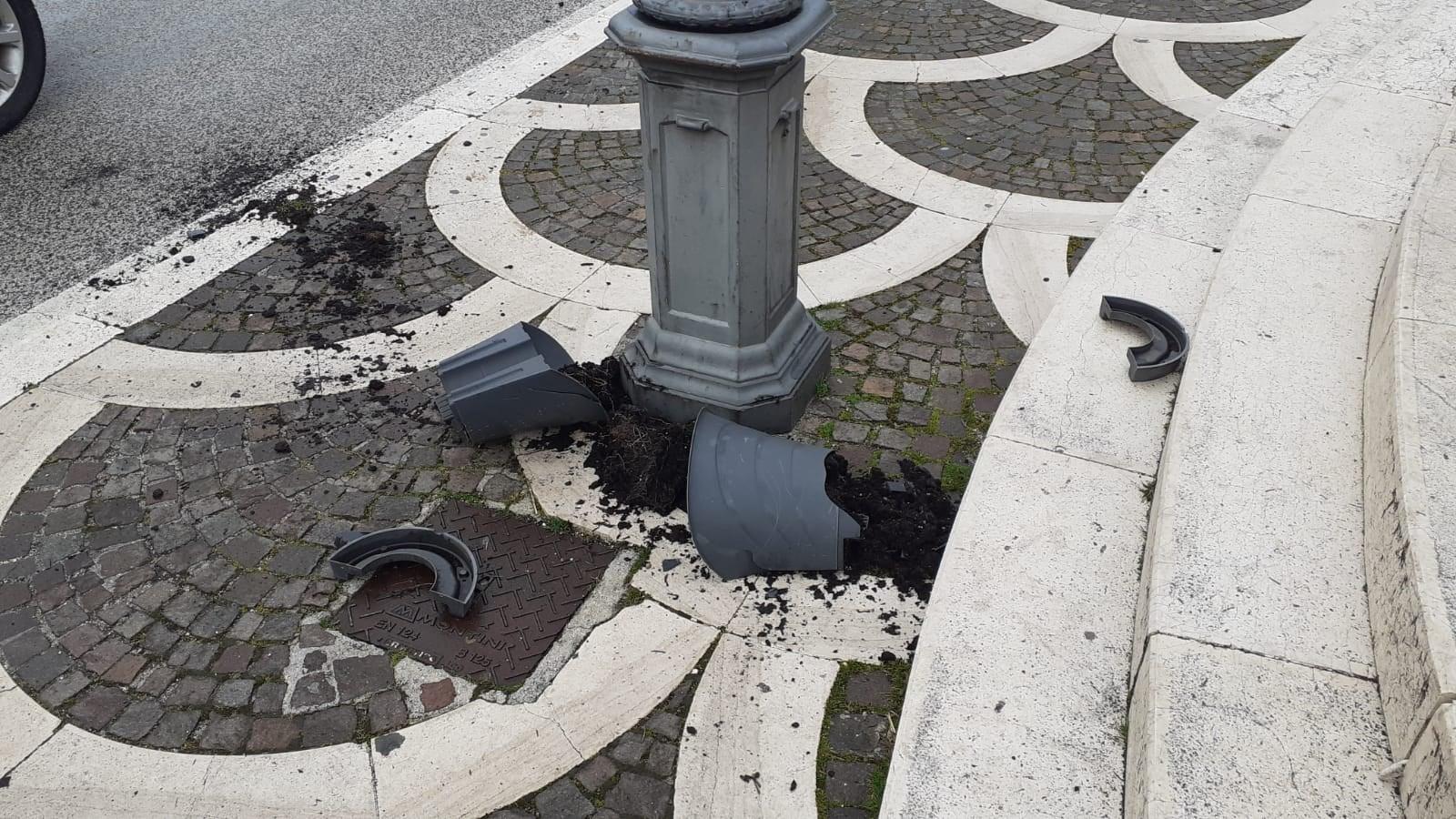 Magliano de' Marsi, distrutto un vaso dei fiori del lampione comunale