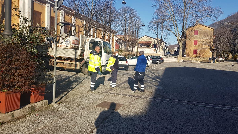 San Vincenzo Valle Roveto, il CAM all'opera per la riparazione della grossa perdita in Piazza Della Vittoria