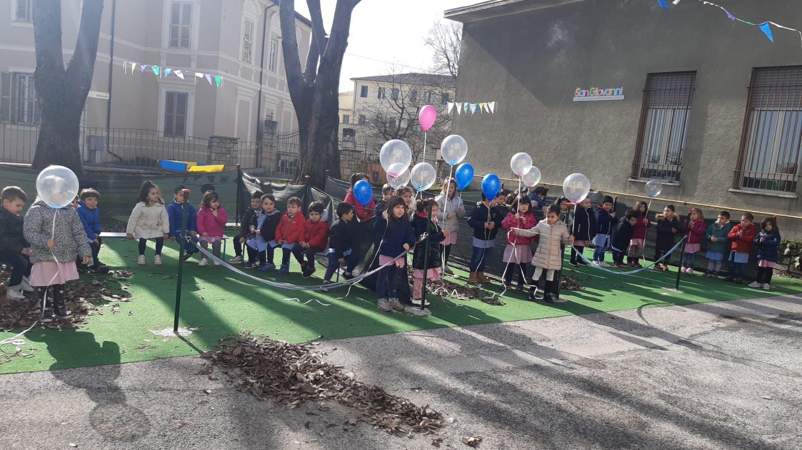 I palloncini in cielo e la preghiera dei bambini della Scuola dell'Infanzia San Giovanni per Gian Mauro, Tonino, Valeria e Gianmarco