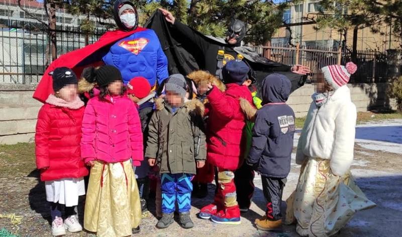 Batman e Superman hanno fatto visita ai bambini della scuola d'infanzia di San Benedetto dei Marsi