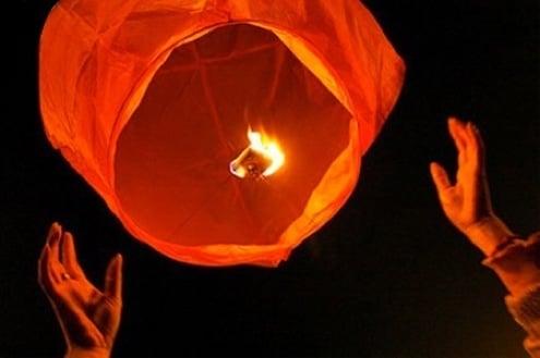 Lanterne luminose per l'ultimo saluto a Valeria e Gianmarco