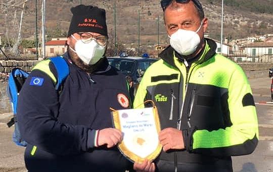 Soccorsi sul Velino, l'Ing. Miconi dei VV.FF. riceve il gagliardetto dalla Protezione Civile di Magliano
