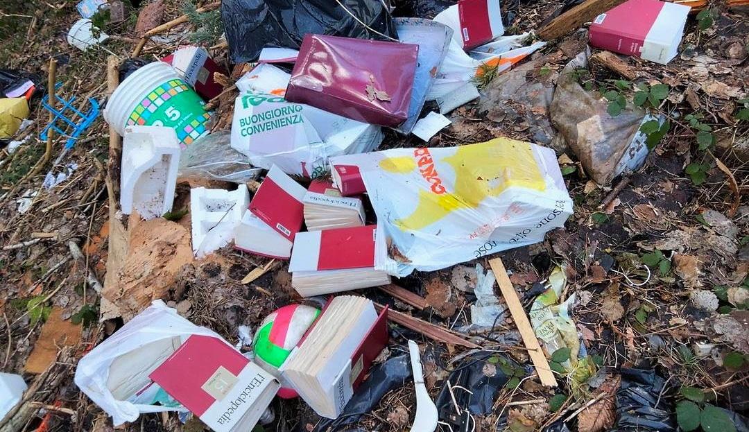 C'è persino un'enciclopedia tra i rifiuti abbandonati sulla strada tra Carsoli e Montesabinese