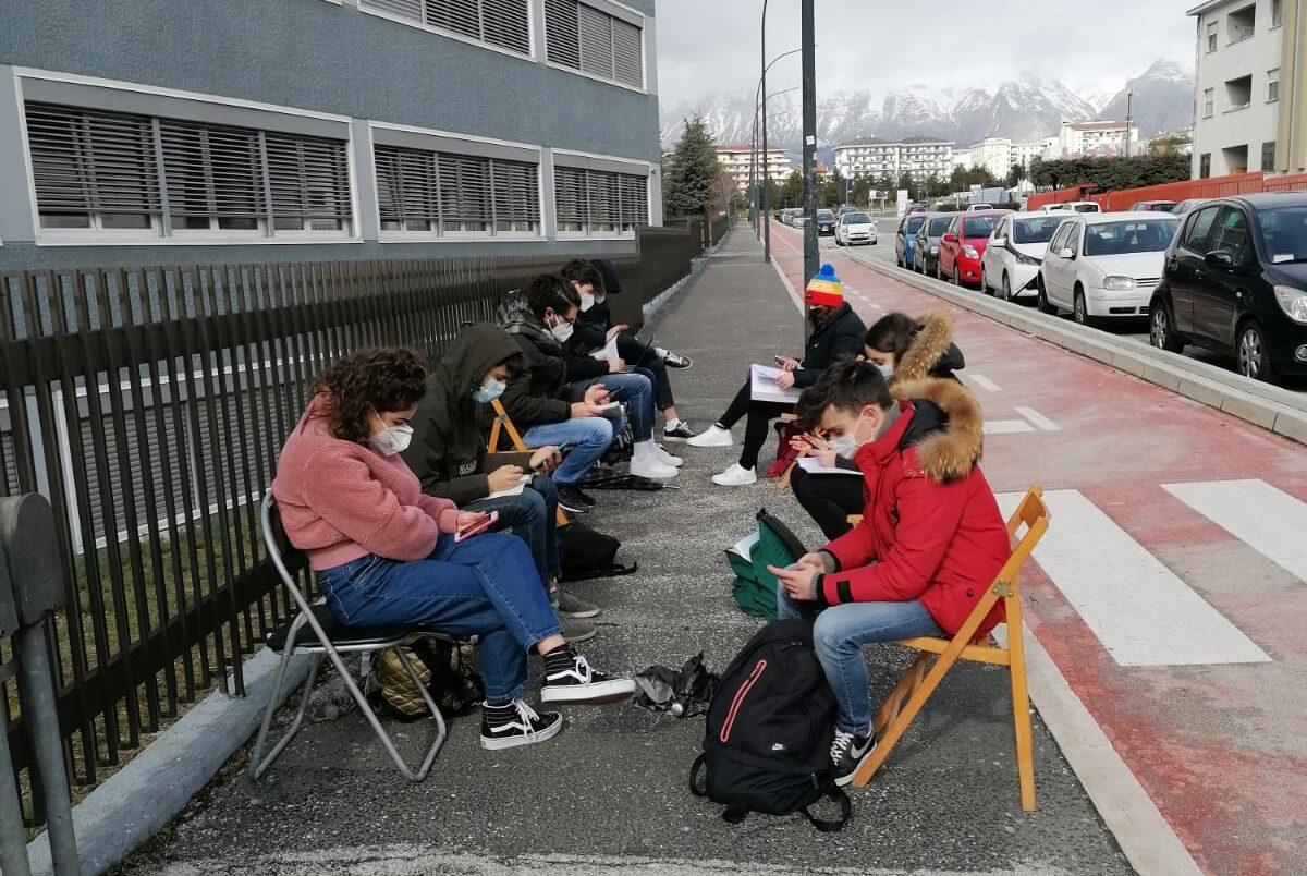 No alla DAD, studenti dello scientifico Pollione di Avezzano si organizzano per seguire le lezioni fuori la scuola