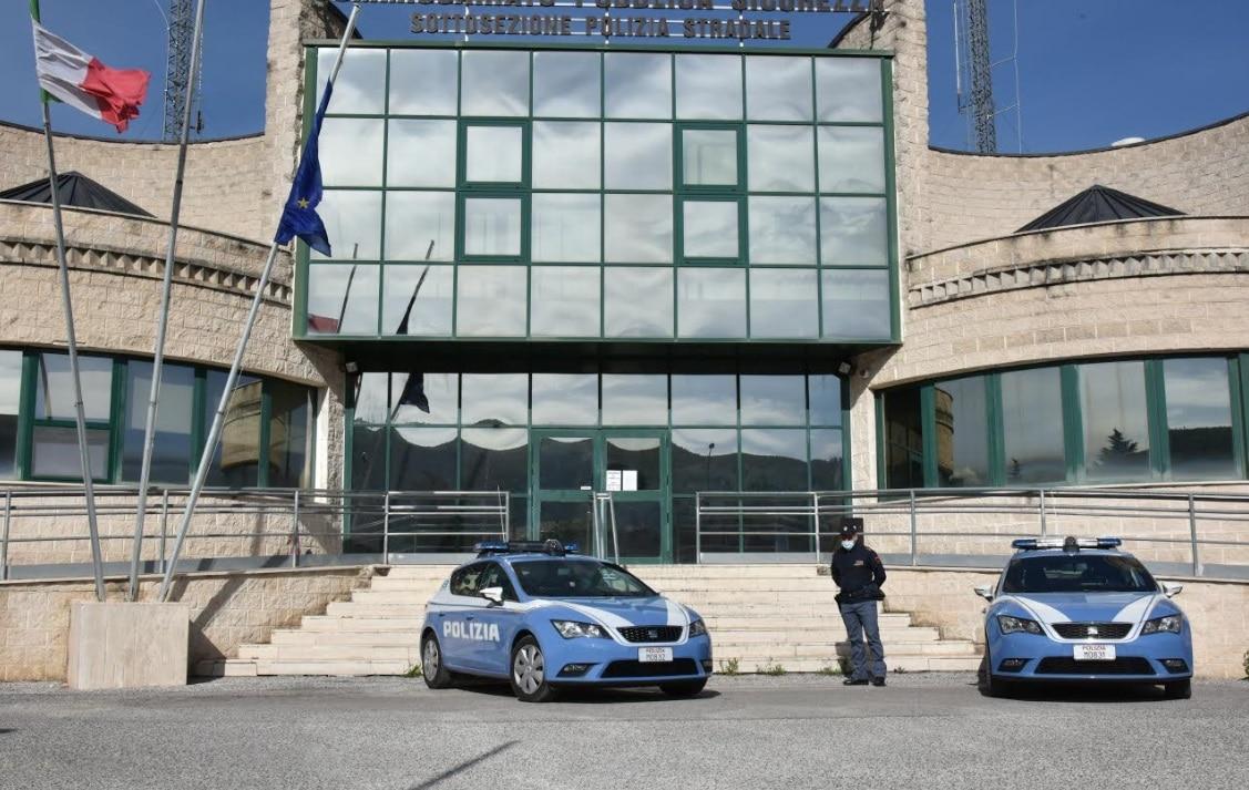 Privo di patente e ubriaco tenta la fuga dopo aver rubato un'auto, arrestato dalla Polizia