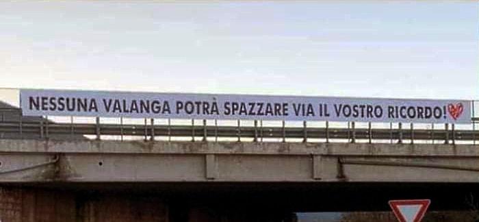 Nessuna valanga potrà spazzare via il vostro ricordo: lo striscione per Valeria, Gianmarco, Tonino e Gian Mauro