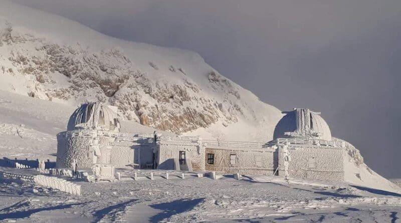Abruzzo, raffiche di vento a 170 km/h sul Gran Sasso e neve nella Marsica Orientale