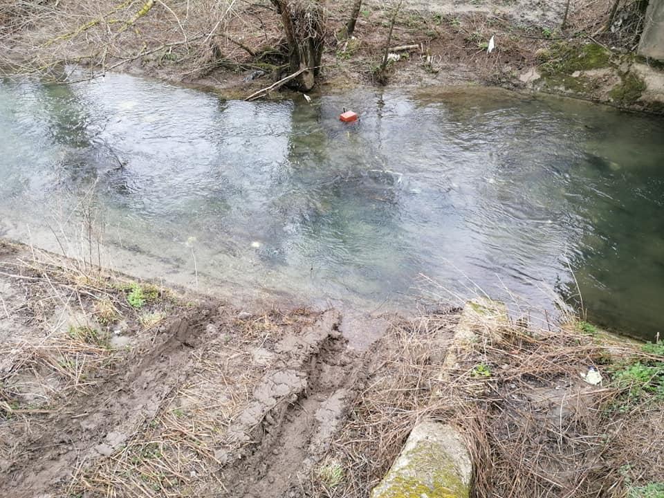 Villa San Sebastiano, rifiuti abbandonati nelle acque del fiume Imele