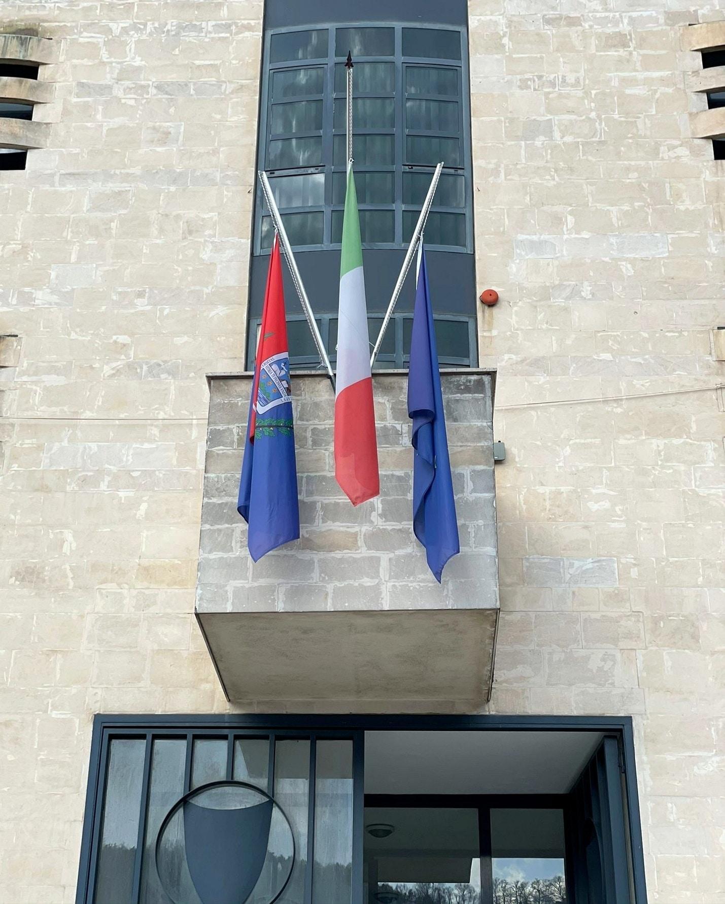 Giornata nazionale in memoria delle vittime della pandemia da Covid-19, bandiera a mezza asta nei Comuni marsicani