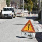 Cede l'asfalto al passaggio di un camion: necessario l'intervento della Polizia Locale