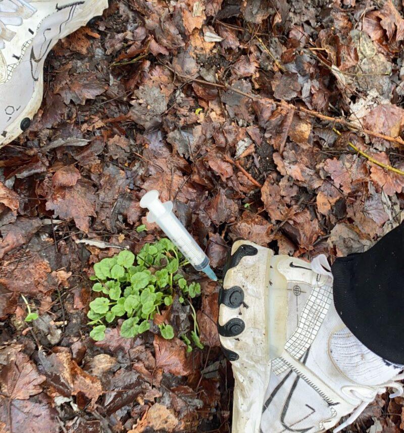 Passeggia e una siringa usata si infila nella scarpa, succede a Fonte Arnici