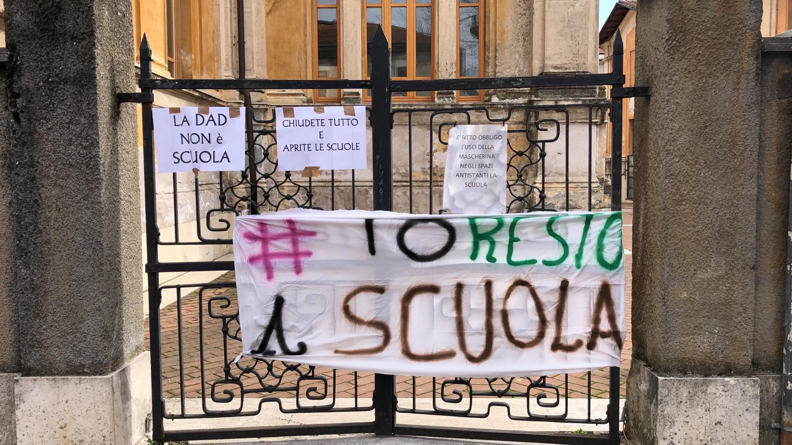 """Manifestazione della Rete Nazionale """"Scuola in Presenza"""", ad Avezzano striscioni appesi nei cancelli delle scuole contro la DAD"""
