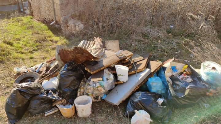 Aielli, un gruppo di ragazzi ripulisce dai rifiuti la zona sotto la torre