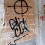 Scritte e simboli nazifascisti in un fabbricato di Pescasseroli