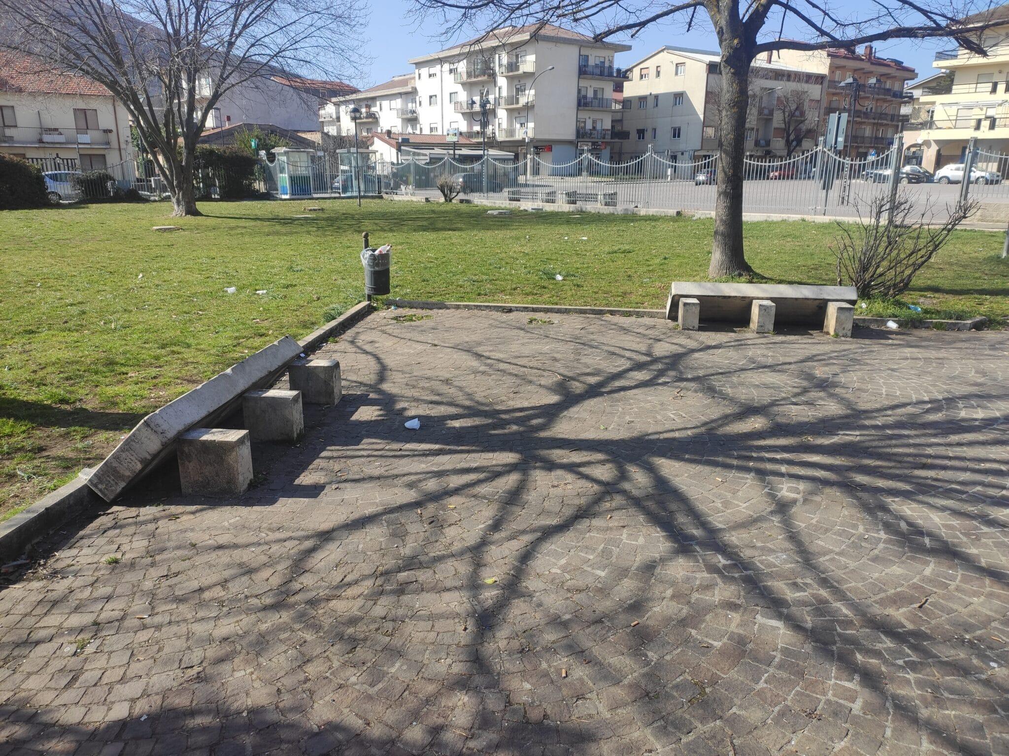 Distrutte dai vandali 2 panchine nei giardinetti della Madonna Del Passo