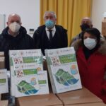 La consegna al Preside dell'Istituto Comprensivo di Celano, Fabio Massimo Pizzardi con alla destra Antonio Del Corvo e Mario Nucci.