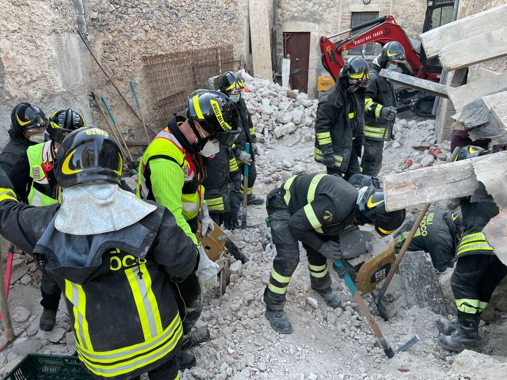 Crollo all'interno di un cantiere della ricostruzione a San Pio delle Camere