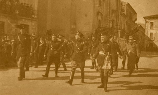 Gerarchi fascisti sfilano nelle strade di Luco dei Marsi