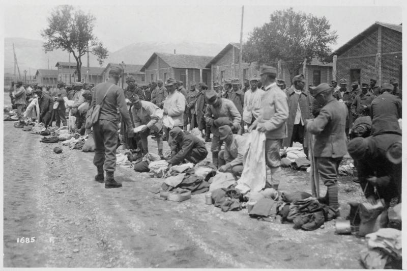 La distribuzione di indumenti ai prigionieri del Campo di Concentramento di Avezzano nel 1918