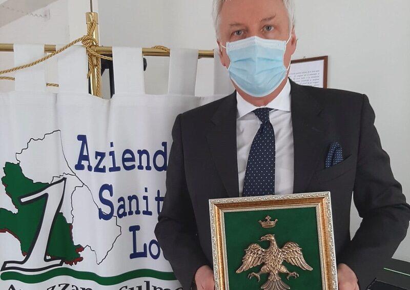 Consegnato al manager Testa lo stemma simbolo della città dell'Aquila come segno di riconoscenza agli operatori sanitari della Asl