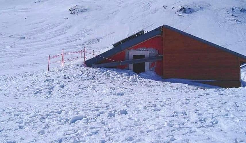 Il Rifugio Sebastiani, a 2102 metri, riemerge lentamente dalla neve