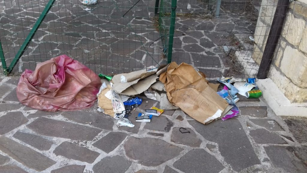 Rifiuti e degrado nei pressi della Galleria Saila ad Avezzano