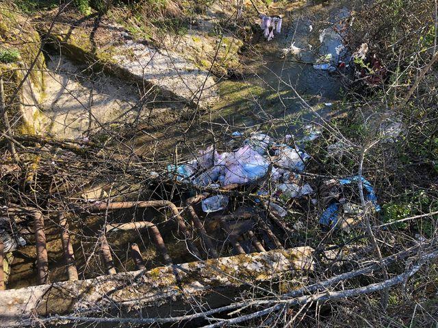 Beccato ad abbandonare rifiuti, denunciato da un ex agente di Polizia Locale