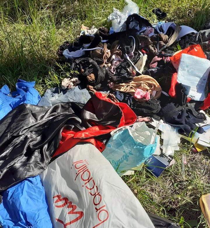 Vestiti abbandonati nella pineta di Avezzano. La rabbia dei cittadini