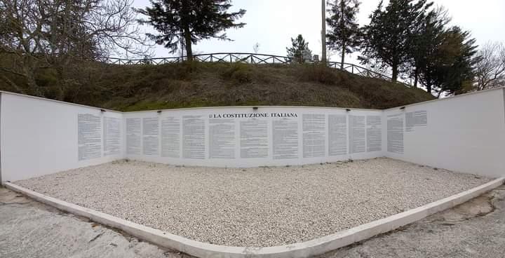 Ad Aielli lezione di educazione civica a distanza con la Costituzione italiana riportata per intero su un muro
