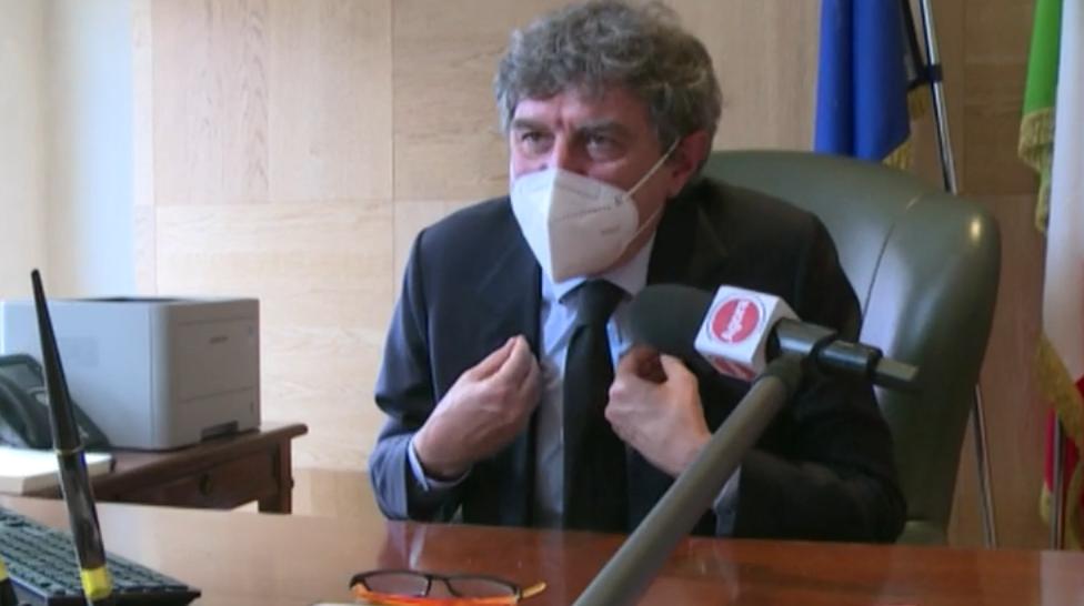Sanità abruzzese, Agorà (Rai3) denuncia la disorganizzazione della campagna vaccinale. Marsilio stizzito davanti alle telecamere