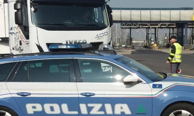 Tenta di corrompere gli agenti della Polizia stradale. Denunciato