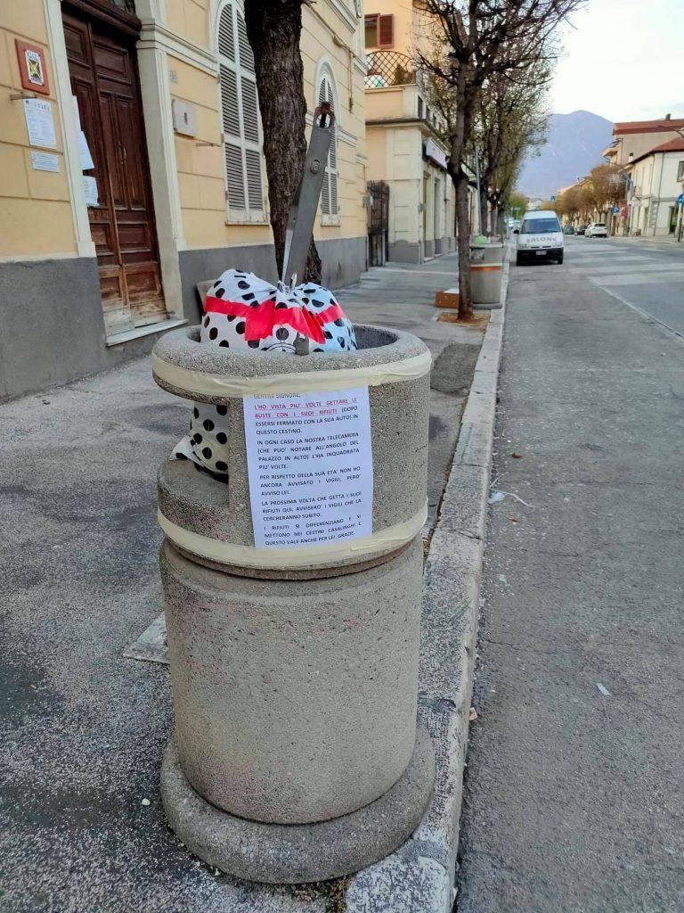 """Cestini gettacarte invasi dall'immondizia, un cittadino di Avezzano scrive un cartello per ogni cestino e ora sono sempre """"puliti"""""""