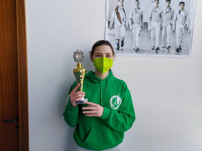 La giovane atleta di Civitella Roveto Eloisa Capone vince l'oro agli assoluti di spada nel campionato regionale