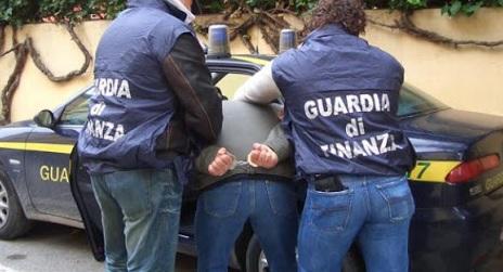 Spacciava in pieno centro, arrestato dagli agenti della Guardia di Finanza