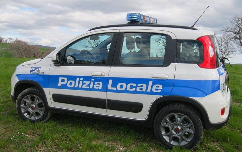 Fermato senza mascherina prende a calci la macchina della Polizia Locale