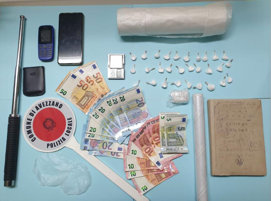 La Polizia Locale di Avezzano arresta in flagranza di reato uno spacciatore con una trentina di dosi di cocaina purissima più un panetto pronto per essere tagliato e confezionato