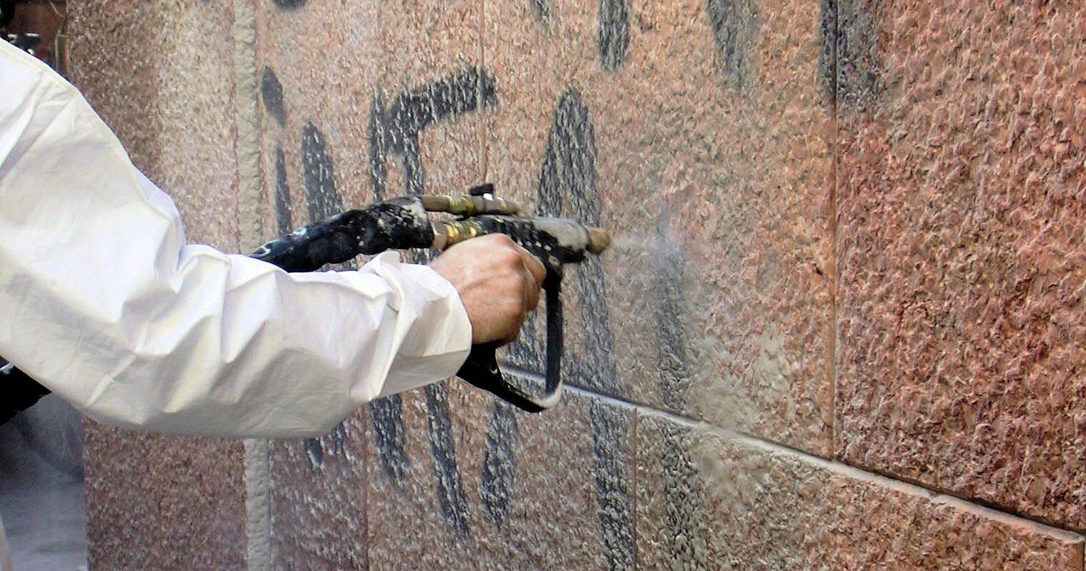Ortucchio, massivo intervento di ripulitura dell'arredo urbano e degli edifici comunali imbrattati da vernice