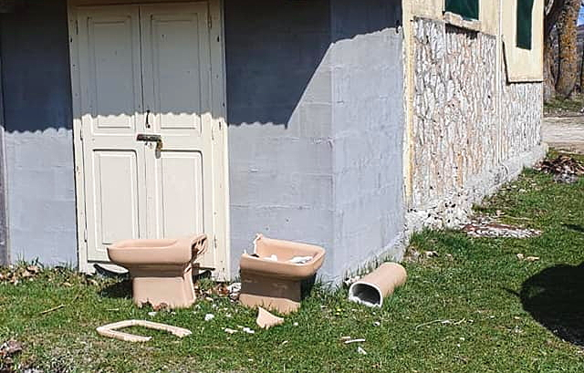 Sanitari da bagno abbandonati davanti alla sede degli Alpini di Ovindoli