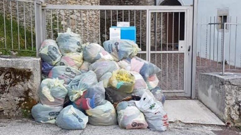 """Sacchi abbandonati davanti alla Caritas a Tagliacozzo, il Sindaco Giovagnorio: """"Gli indumenti non possono essere distribuiti perchè esposti alla mercé di animali e agenti atmosferici"""""""