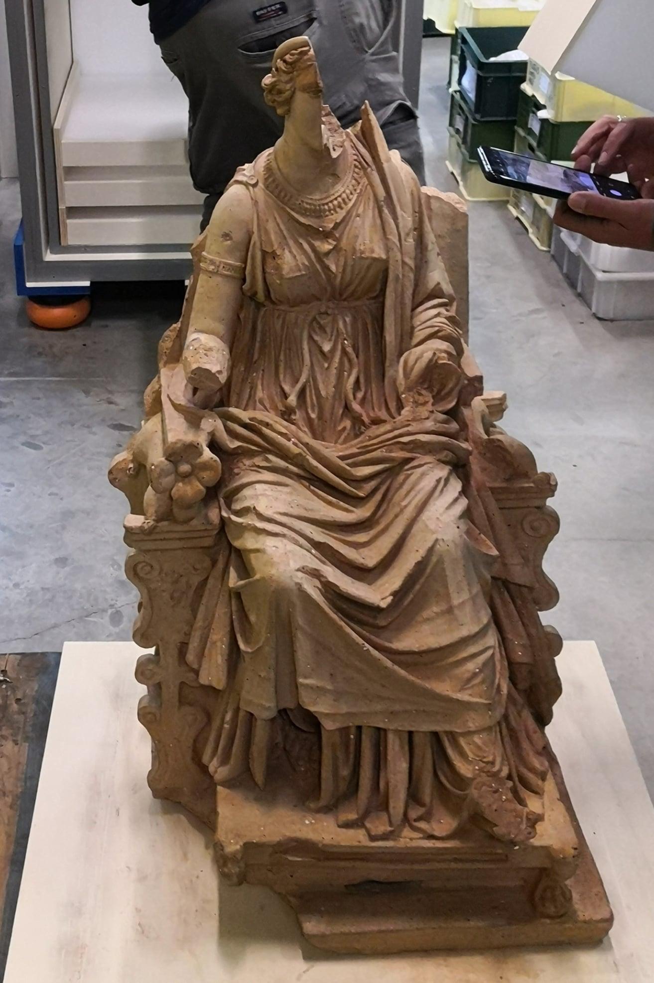 La statua in terracotta scoperta nel santuario di Angizia in mostra alle Scuderie del Quirinale