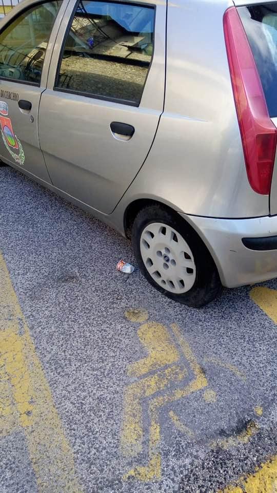 Cerchio, squarciate le gomme dell'auto del Comune. La denuncia social del Sindaco Tedeschi
